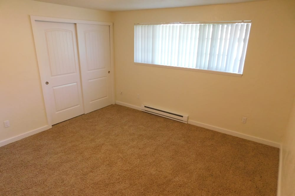 Lakeside Apartments offers a spacious bedroom in Albany, Oregon