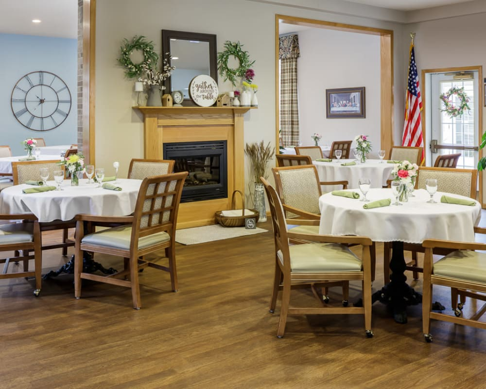 Large resident dining room at Glenwood Place in Marshalltown, Iowa.