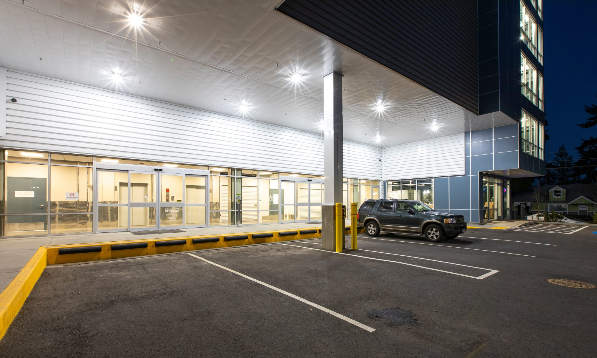 Covered and well lit loading/unloading area at Ballinger Heated Storage in Shoreline, Washington