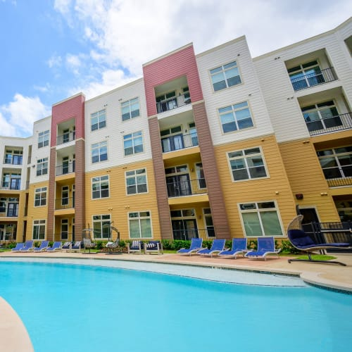 View virtual tour of our swimming pool area at Aspire at 610 in Houston, Texas