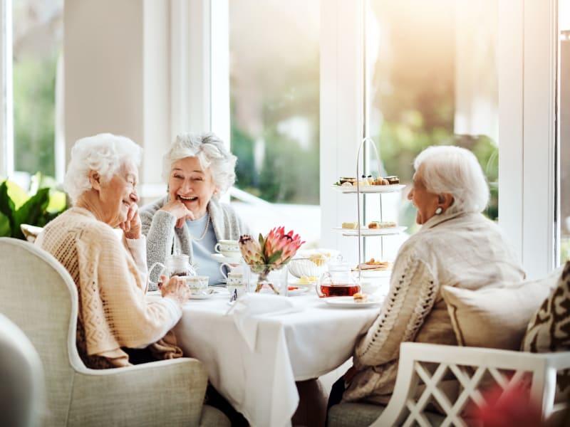 Residents eating breakfast at Deer Crest Senior Living in Red Wing, Minnesota