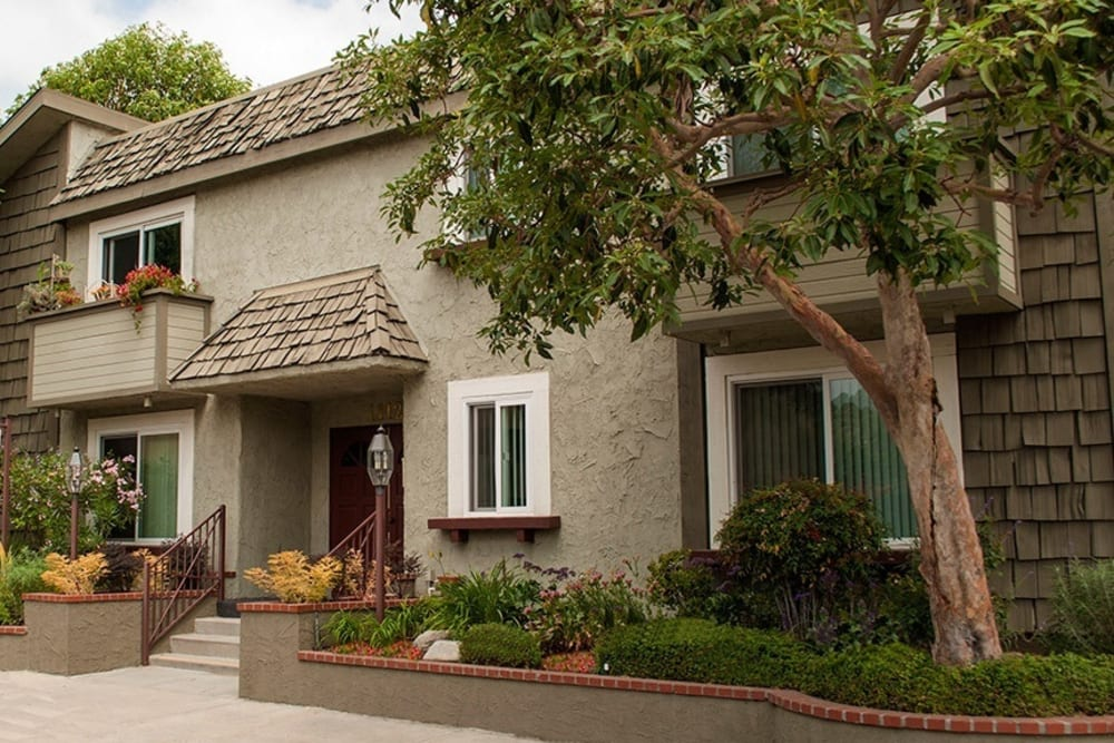 Exterior of building wwith covered enterance at Vista Pointe I in Studio City, California