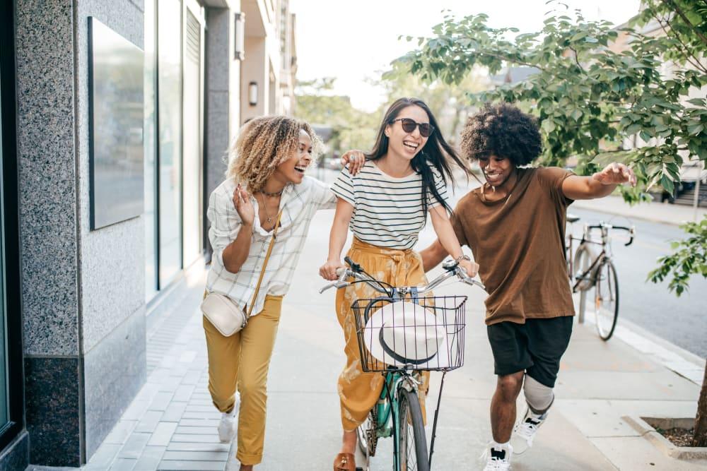 Friends walking through Tuscaloosa, Alabama near evolve Tuscaloosa