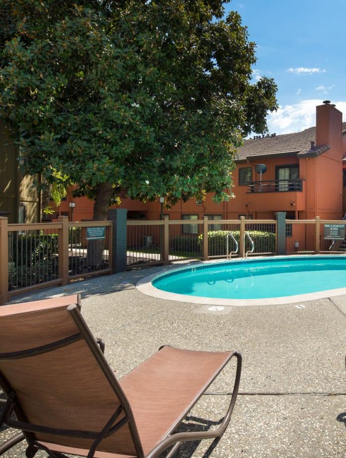 Pool side lounge at Bennington Apartments
