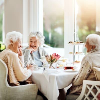 Residents dining together at Arbor Glen Senior Living in Lake Elmo, Minnesota