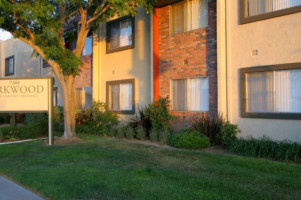 Well-kept landscaping outside resident buildings at Parkwood in Lancaster, California