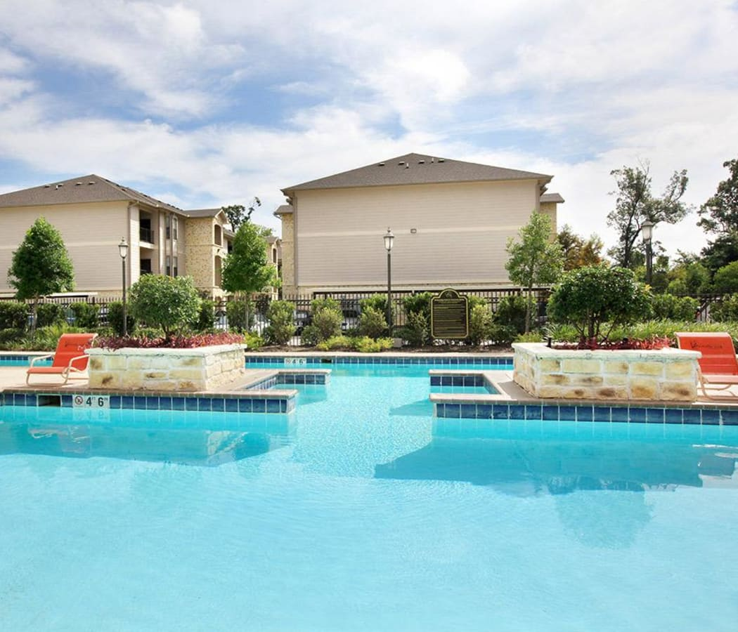 Beautiful swimming pool area at Camden Lake Apartments in Baton Rouge, LA