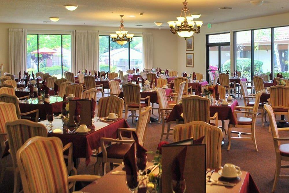 Common Dining Room at Roseville Commons Senior Living in Roseville, California