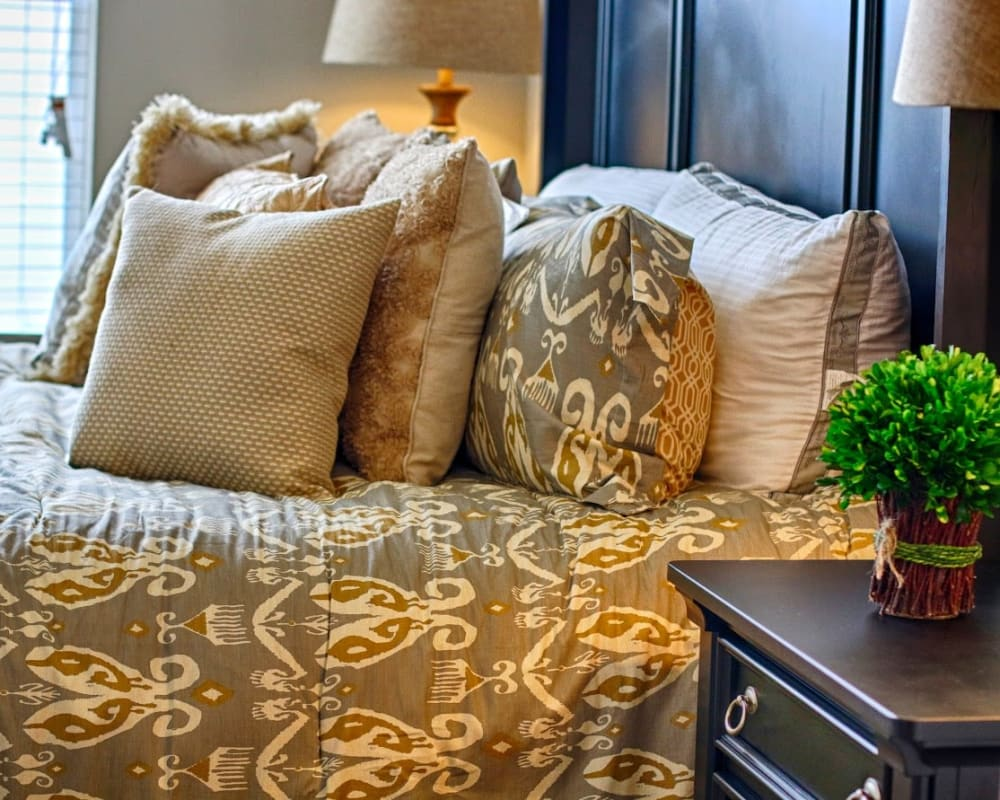 Throw pillows on a bed at Vargos on the Lake in Houston, Texas