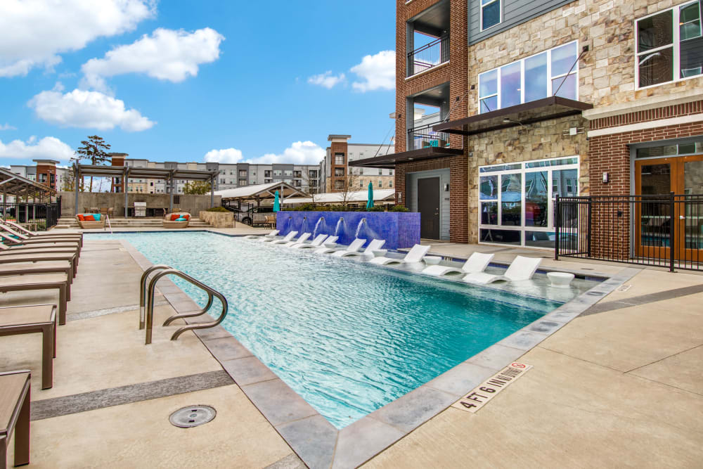 Sparkling swimming pool alt Enclave at Woodland Lakes in Conroe, Texas