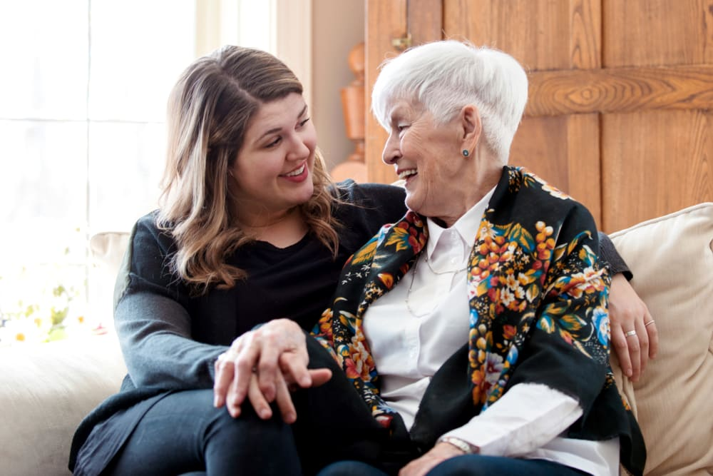 马里兰州贝塞斯达默里迪恩老年生活中心的住院医生和她的女儿坐在沙发上聊天188金宝搏手机登录网址金博app188金宝慱图片