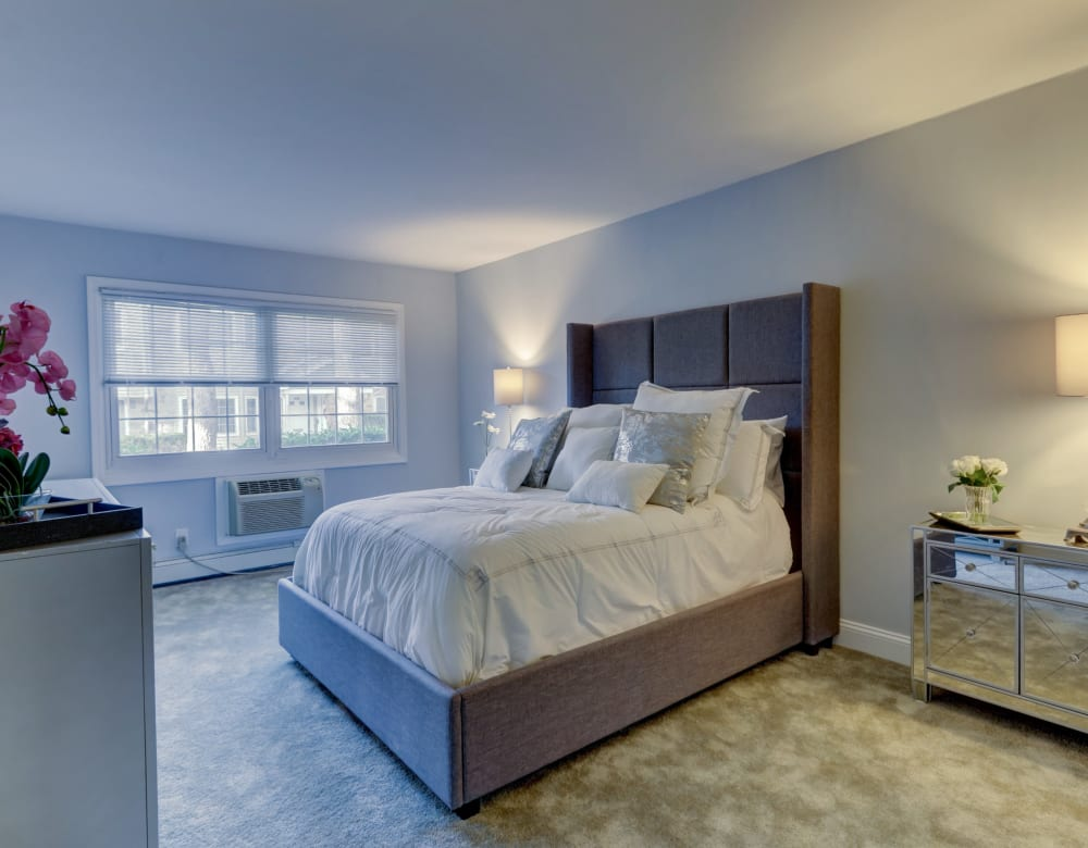 Beautifully furnished bedroom at Eagle Rock Apartments at Woodbury in Woodbury, New York