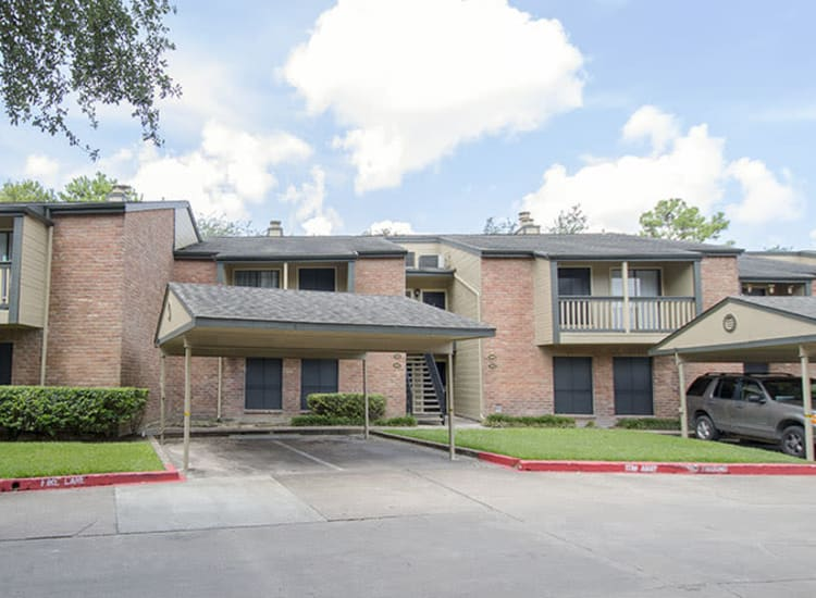 Exterior view of apartment building at Stonecrossing of Westchase in Houston, Texas.