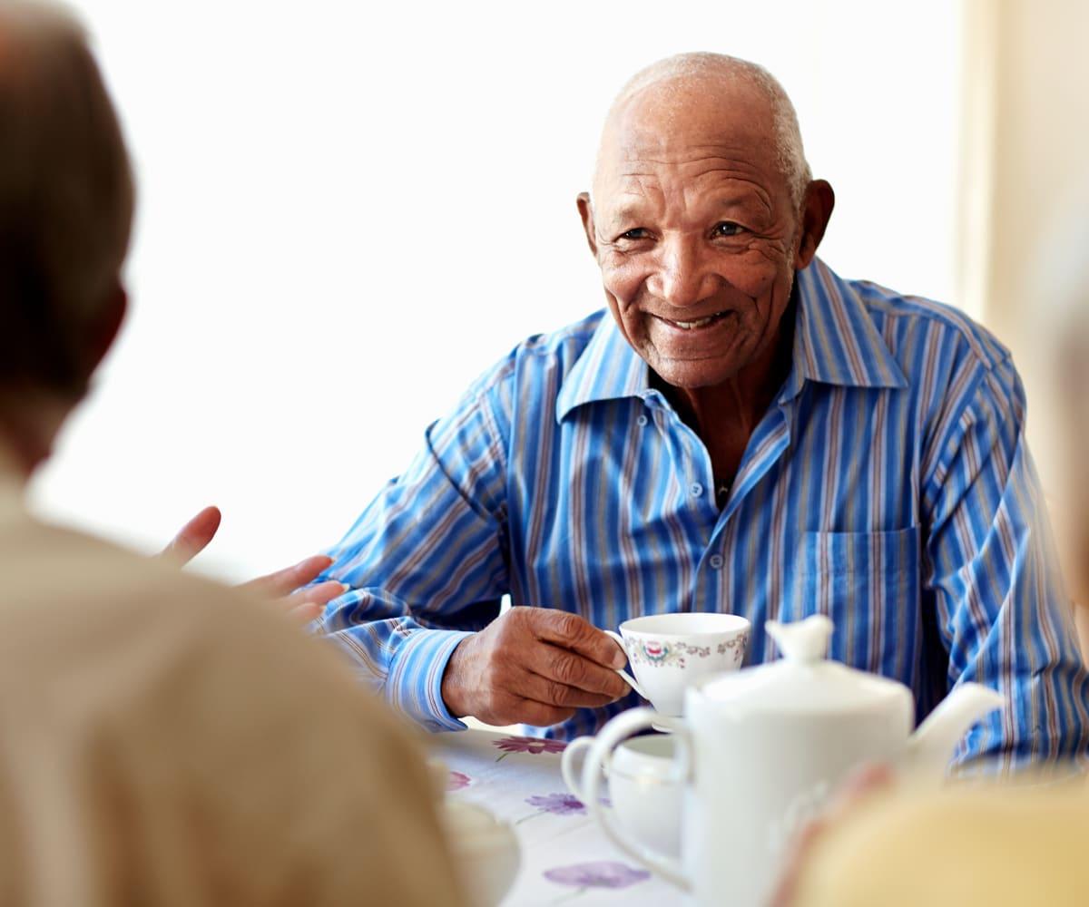 Residents dining at Logan Creek Retirement Community in Mount Vernon, Washington