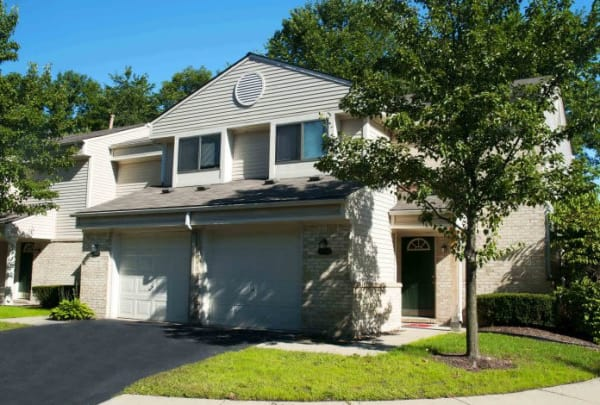 Apartments and townhouses with garages at Shorebrooke in Novi, MI