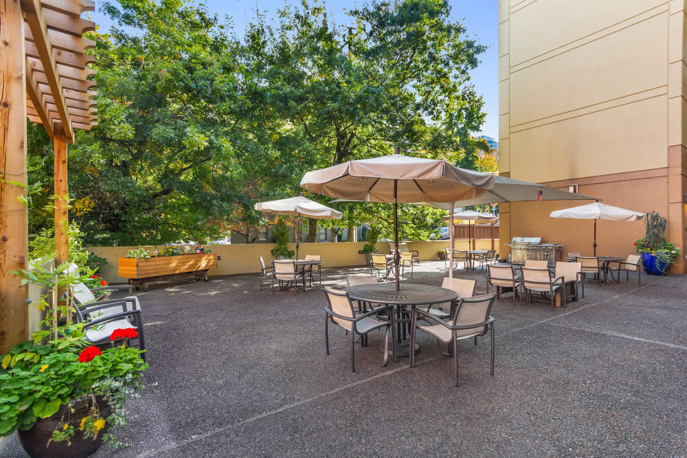 Outdoor dining and patio at Merrill Gardens at First Hill in Seattle, Washington