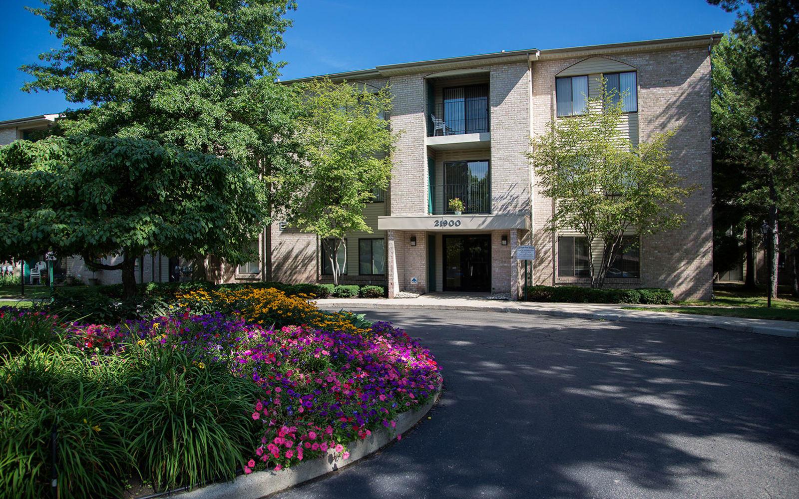 Exterior of apartments in Farmington, Michigan at Farmington Oaks Apartments