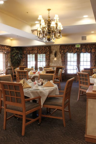 restaurant style dining hall at Quail Park on Cypress in Visalia, California