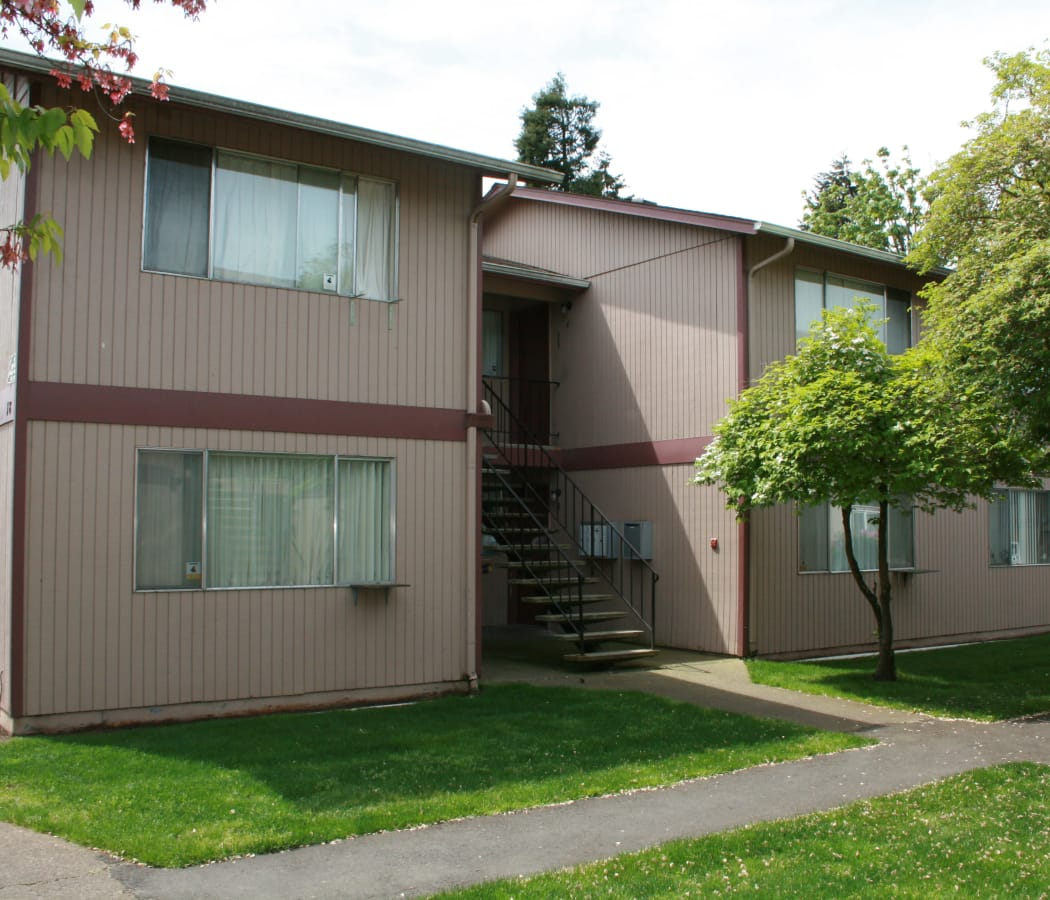 Enjoy beautiful green areas at The Royals in Springfield, OR