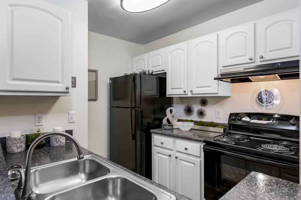 Modern kitchen with beautiful wood cabinets at The Vue at Baymeadows Apartment Homes in Jacksonville, Florida