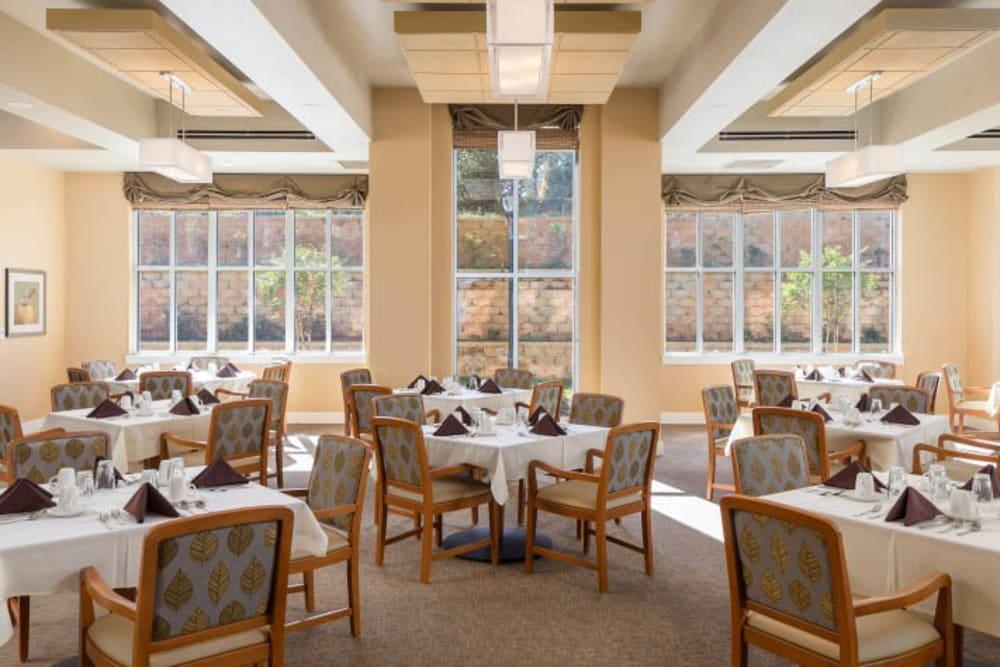 Community dining room at Merrill Gardens at Madison in Madison, Alabama.