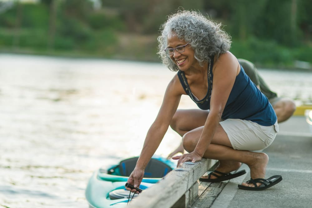 A woman getting into a kayak at Applewood Pointe of Westminster in Westminster, Colorado
