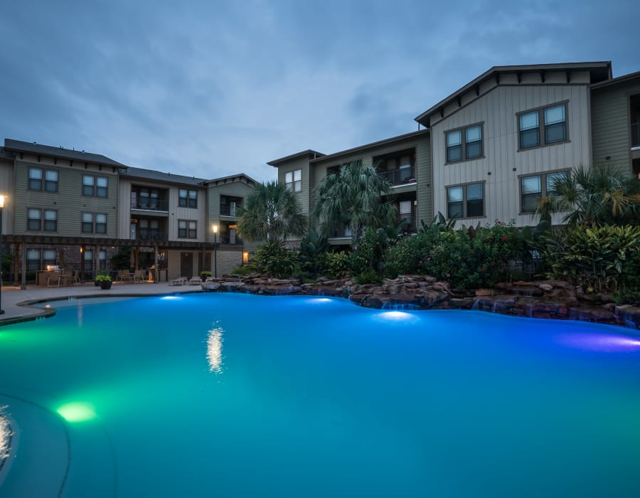 Beautiful swimming pool at Queenston Manor Apartments in Houston, Texas