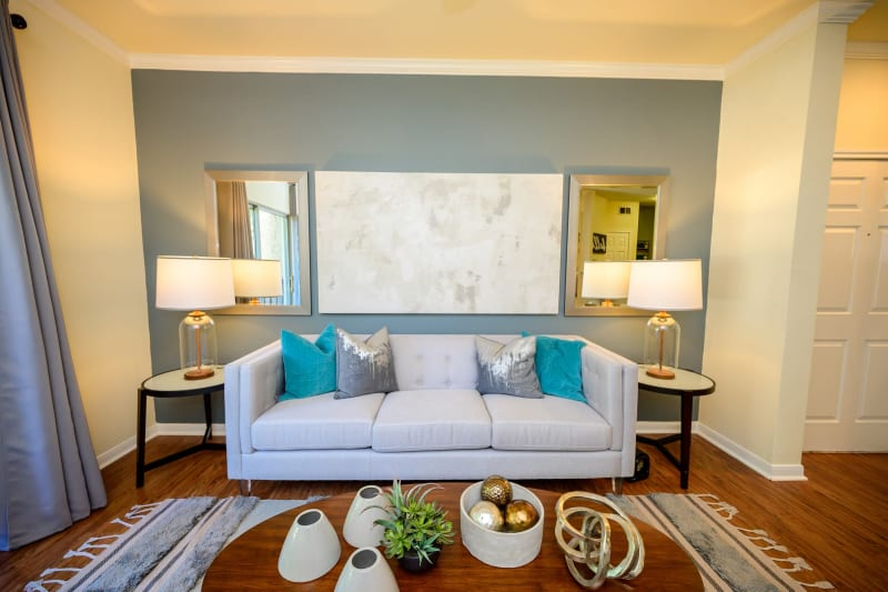 Living room with modern decor at The View at Lakeside in Lewisville, Texas