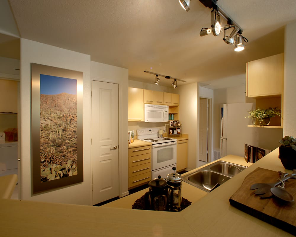 Sage Luxury Apartment Homes offers a modern kitchen in Phoenix, Arizona