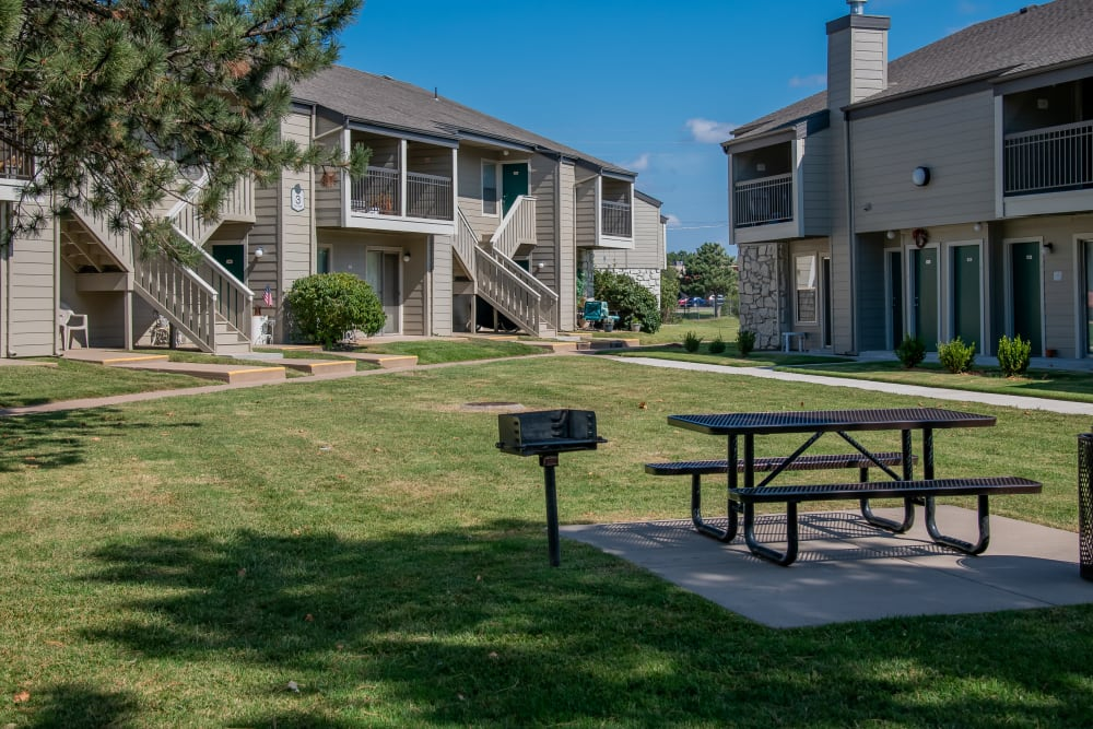 Courtyard with picnic table at Aspen Park Apartments in Wichita, Kansas