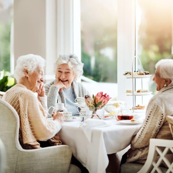 Resident friends dining at Pacifica Senior Living Menifee in Sun City, California.