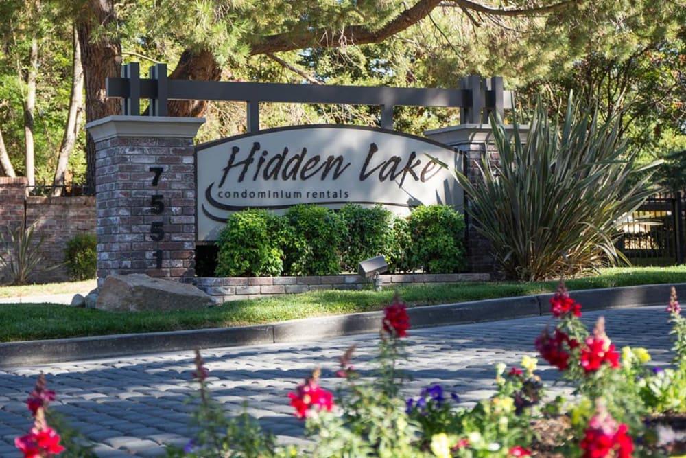 Beautifully manicured landscape with flowers at Hidden Lake Condominium Rentals in Sacramento, California