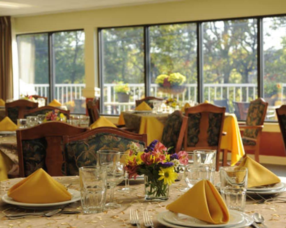 Elegant resident dining room at Willow Creek Senior Living in Elizabethtown, Kentucky.