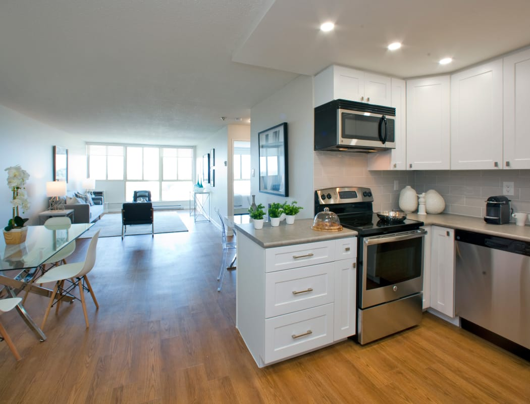 Modern Kitchen and dining room at Bristol Court in Mississauga, Ontario