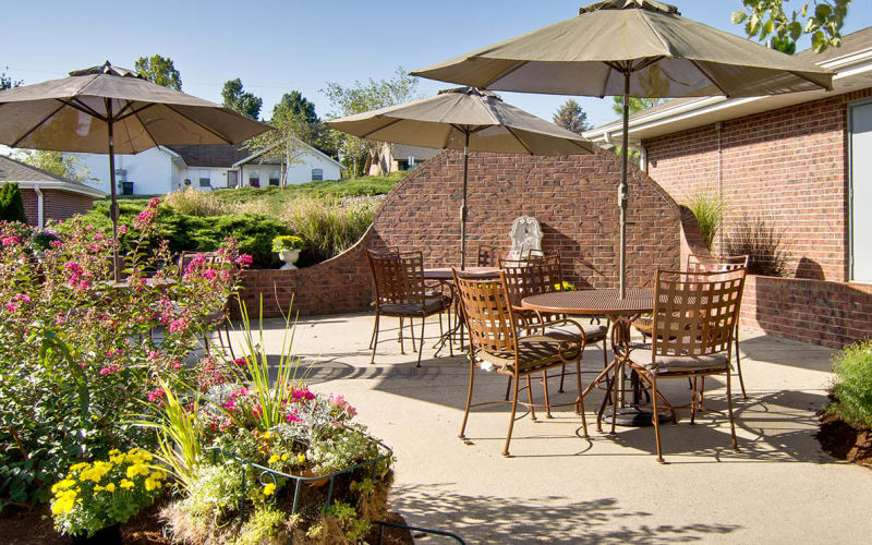 Outdoor patio with chairs a garden at Ravenwood Senior Living in Springfield, Missouri