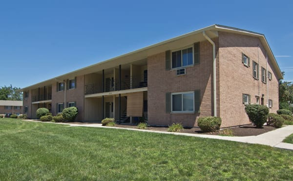 Exterior view of The Summit at Ridgewood apartments in Fort Wayne, IN