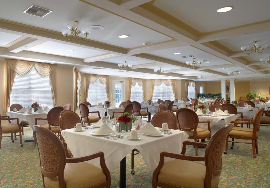 Waltonwood Main offers a dining area in Rochester Hills, MI