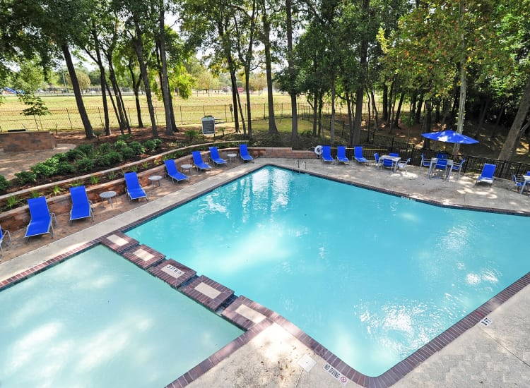 Bayou Parc at Oak Forest offers a beautiful swimming pool in Houston, Texas