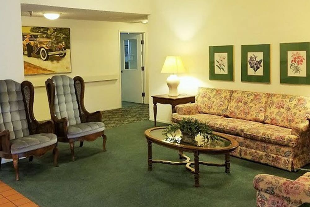 Common room area for residents to relax and sit down at Leisure Manor Senior Living in Sacramento, California