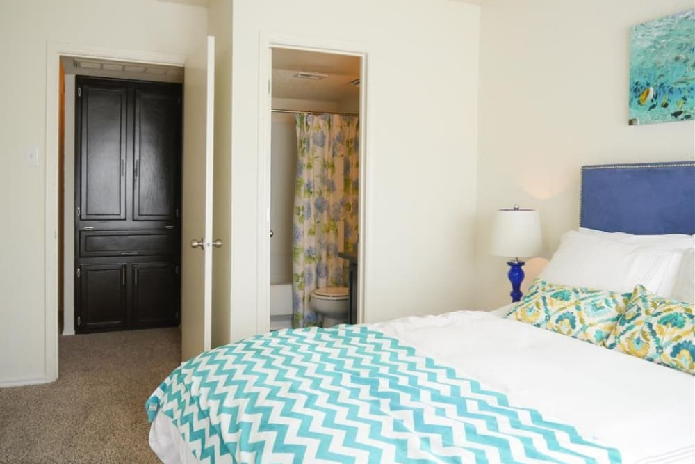 The Park at Ashford offers a cozy bedroom in Arlington, Texas
