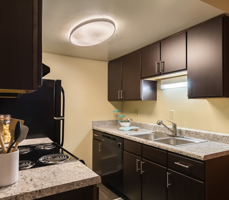 Fully equipped kitchen at Governours Square in Columbus, Ohio