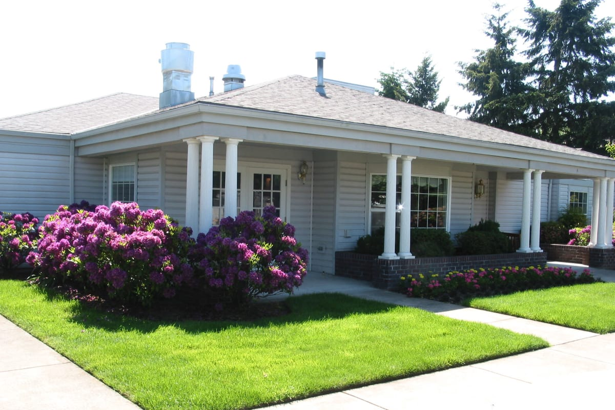 Assisted and Memory Care Community Exterior at Farmington Square Eugene in Eugene, Oregon