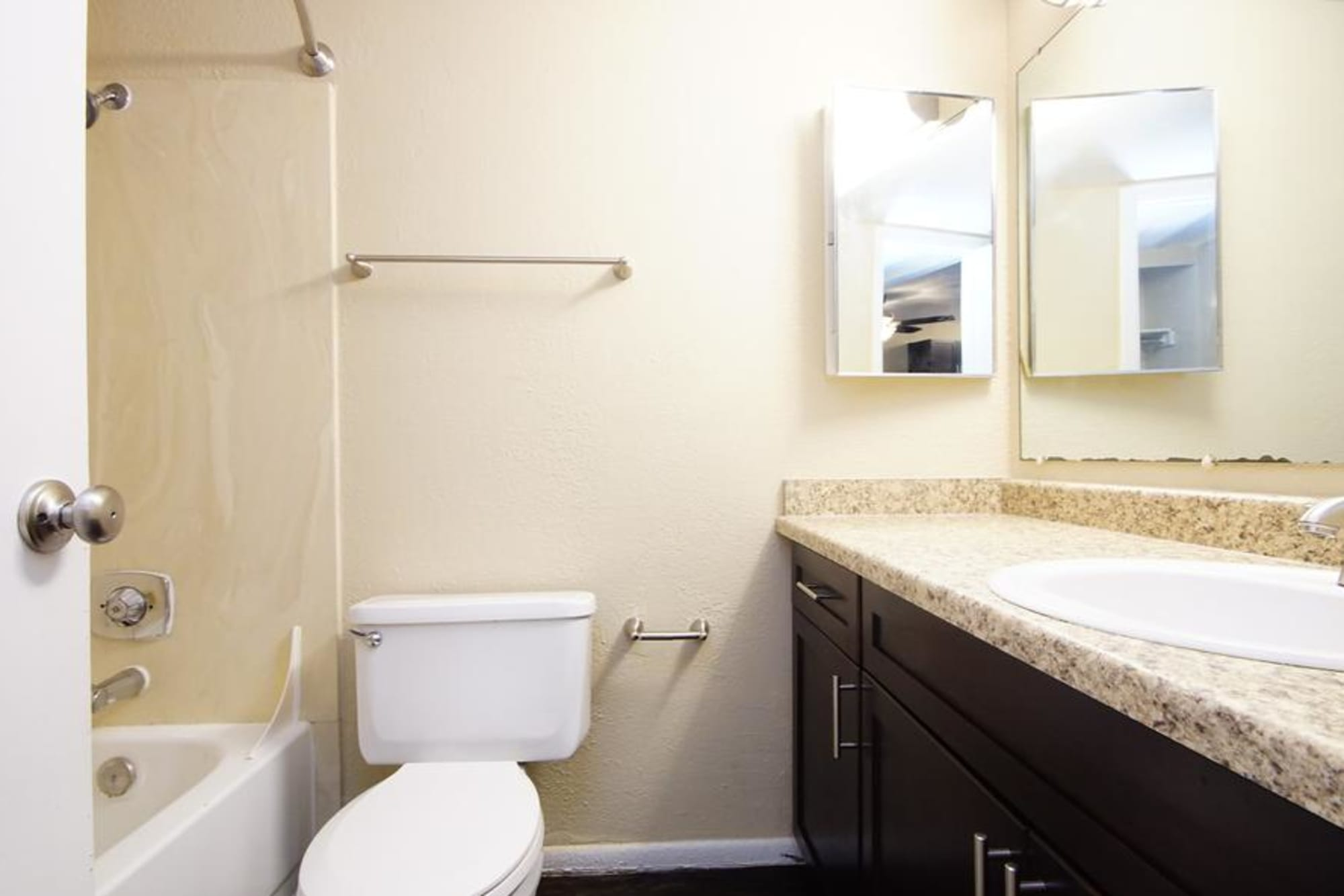 Neat bathroom with tub at Callaway Apartments
