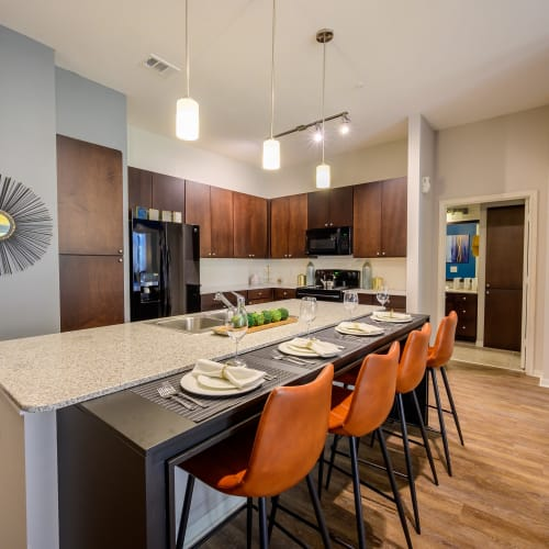 View virtual tour of a 2 bedroom 2 bathroom home at Aspire at 610 in Houston, Texas