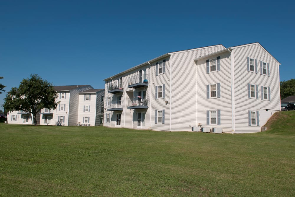 White apartment homes at Willow Run in Clinton, Tennessee