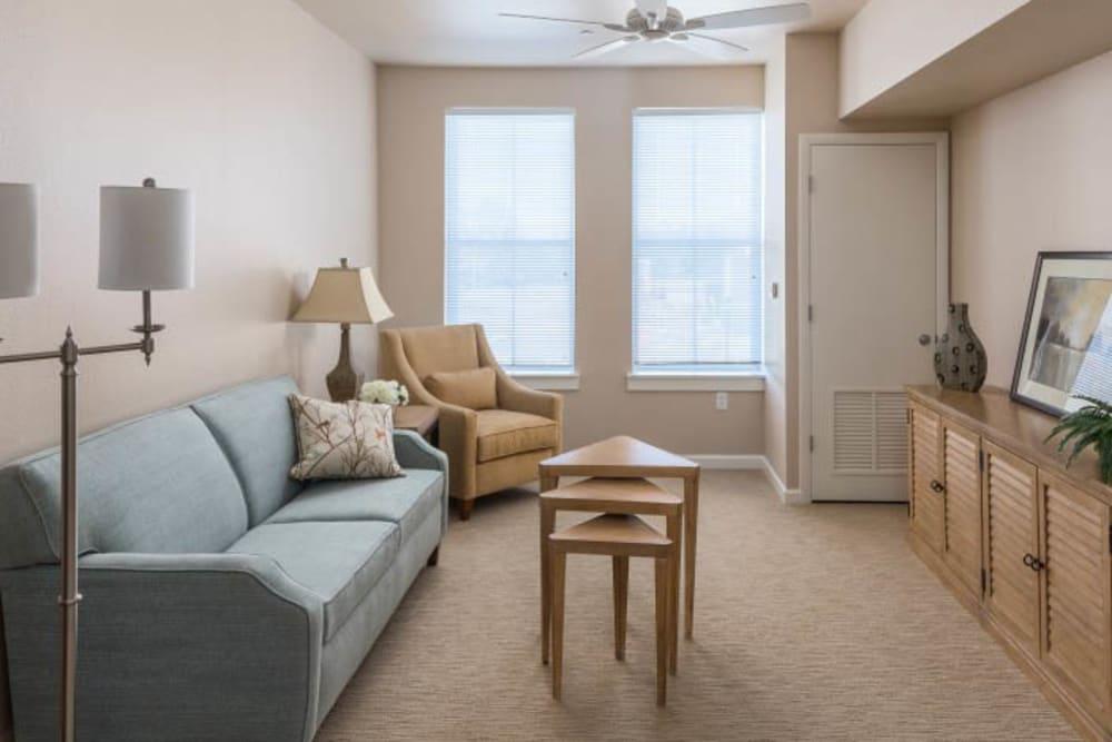 Living room at Merrill Gardens at Madison in Madison, Alabama.
