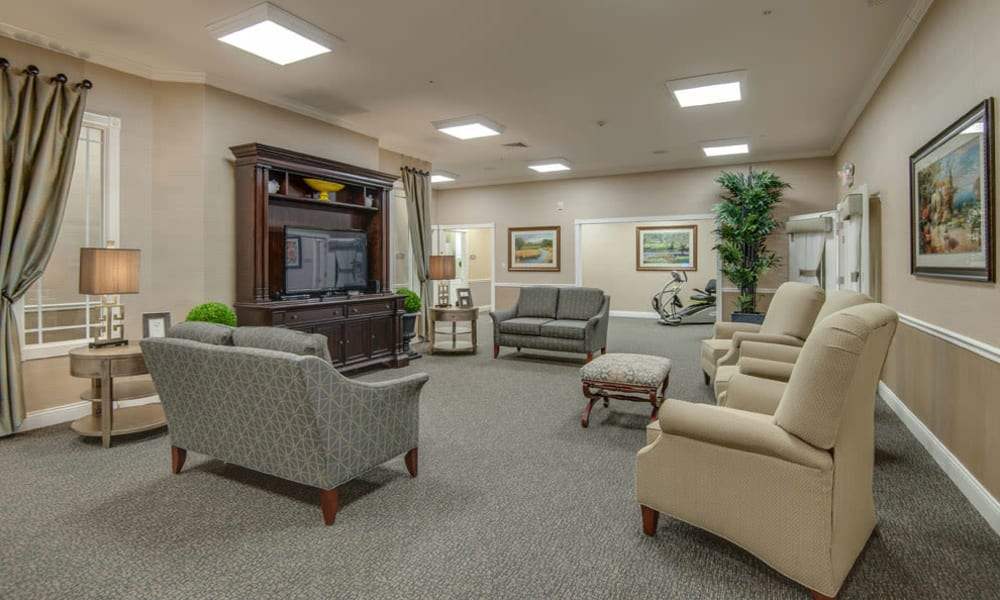 La Bonne Maison Senior Living offers a living room in Sikeston, Missouri