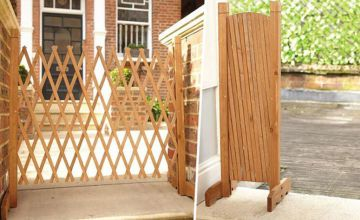 Save on garden privacy with our deal for an expanding wooden fence!