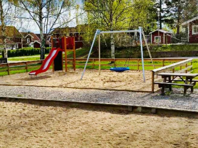 Över 15000 barn skadar sig varje år på våra lekplatser!