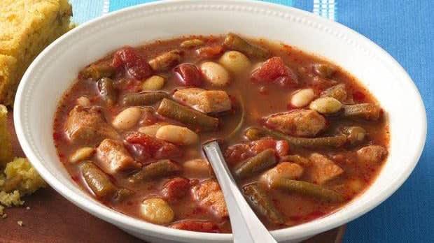 Soupe au poulet épicée avec trois sortes de haricots